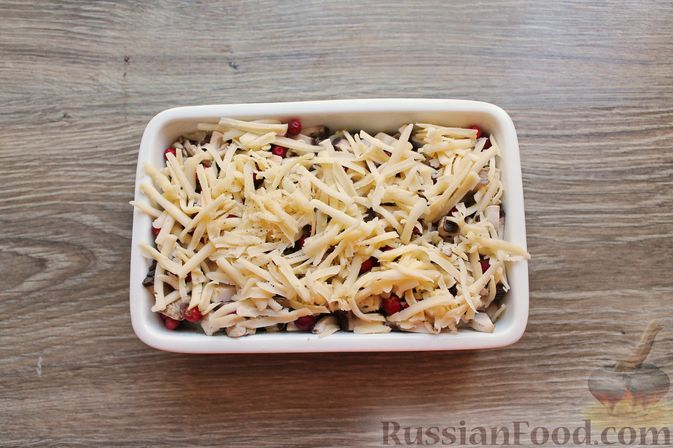 Фото приготовления рецепта: Куриное филе, запечённое с брусникой и грибами - шаг №7