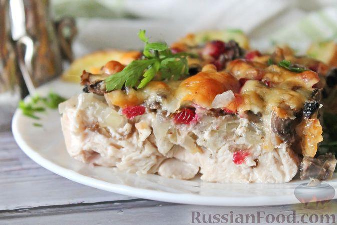 Фото приготовления рецепта: Куриное филе, запечённое с брусникой и грибами - шаг №10