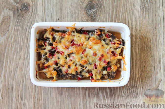 Фото приготовления рецепта: Куриное филе, запечённое с брусникой и грибами - шаг №8