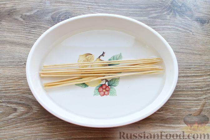 Фото приготовления рецепта: Шашлык из куриных сердечек в маринаде из соевого соуса и апельсинового сока (в духовке) - шаг №2