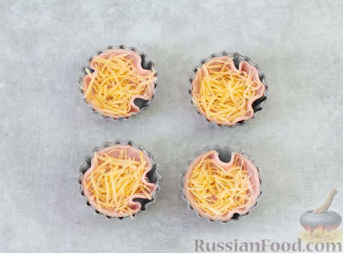 Фото приготовления рецепта: Яичница с ветчиной (в духовке) - шаг №3