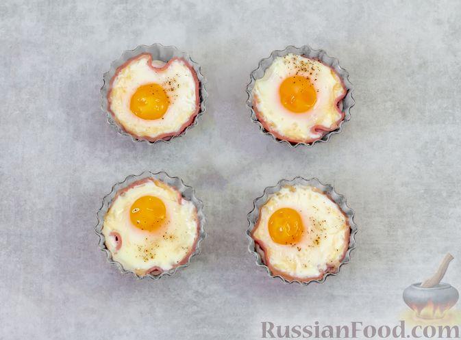 Фото приготовления рецепта: Яичница с ветчиной (в духовке) - шаг №5
