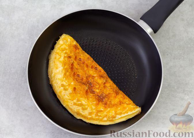 Фото приготовления рецепта: Омлет с сырной корочкой - шаг №6