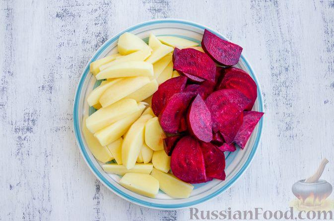 Фото приготовления рецепта: Картофель, запечённый со свёклой и чесноком (в духовке) - шаг №2