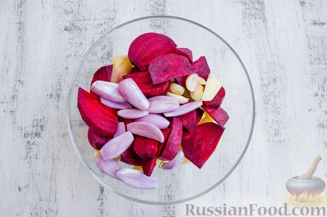 Фото приготовления рецепта: Картофель, запечённый со свёклой и чесноком (в духовке) - шаг №3