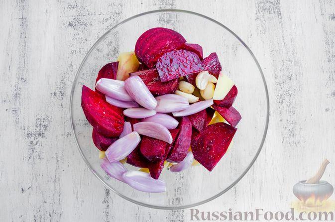 Фото приготовления рецепта: Картофель, запечённый со свёклой и чесноком (в духовке) - шаг №4