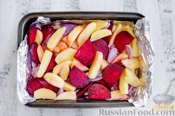 Фото приготовления рецепта: Картофель, запечённый со свёклой и чесноком (в духовке) - шаг №5