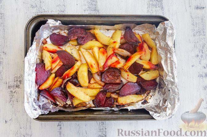 Фото приготовления рецепта: Картофель, запечённый со свёклой и чесноком (в духовке) - шаг №6
