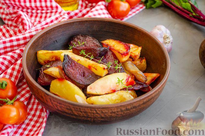 Фото приготовления рецепта: Картофель, запечённый со свёклой и чесноком (в духовке) - шаг №7