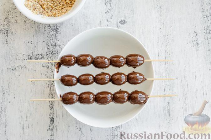 Фото приготовления рецепта: Виноград в шоколаде, с орехами - шаг №8