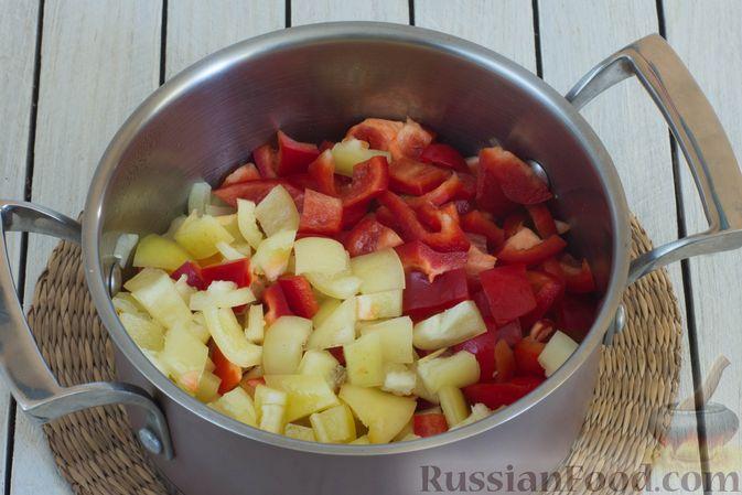 Фото приготовления рецепта: Овощное рагу с  кабачками, сладким перцем, белокочанной и цветной капустой - шаг №4