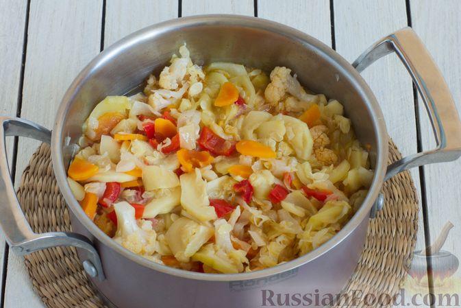 Фото приготовления рецепта: Овощное рагу с  кабачками, сладким перцем, белокочанной и цветной капустой - шаг №9