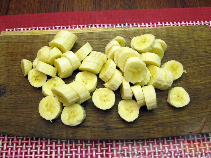 """Фото приготовления рецепта: Молочный """"суп"""" с бананами и апельсиновой цедрой - шаг №2"""