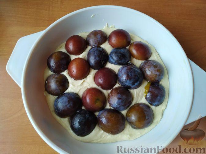 Фото приготовления рецепта: Сливовый пирог с корицей - шаг №7