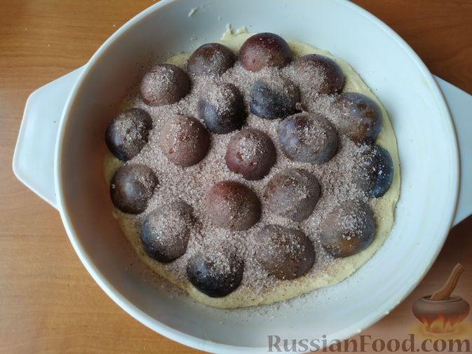 Фото приготовления рецепта: Сливовый пирог с корицей - шаг №8