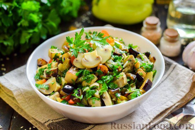 Фото к рецепту: Салат с жареными баклажанами, сладким перцем и маринованными шампиньонами