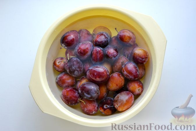 Фото приготовления рецепта: Варенье из слив, фаршированных грецким орехом - шаг №6
