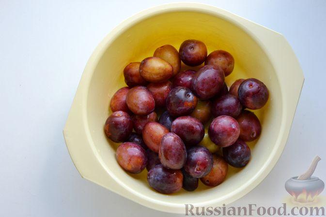 Фото приготовления рецепта: Варенье из слив, фаршированных грецким орехом - шаг №7