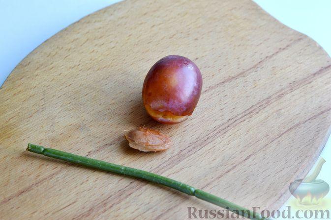 Фото приготовления рецепта: Варенье из слив, фаршированных грецким орехом - шаг №8