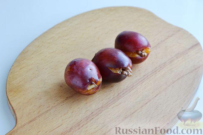 Фото приготовления рецепта: Варенье из слив, фаршированных грецким орехом - шаг №9