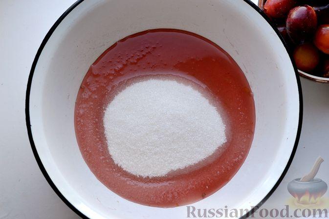 Фото приготовления рецепта: Варенье из слив, фаршированных грецким орехом - шаг №13
