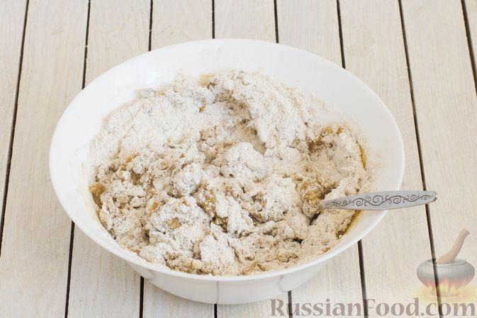 Фото приготовления рецепта: Пшенично-ржаные галеты со сливами и грецкими орехами - шаг №4