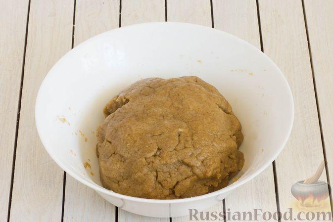 Фото приготовления рецепта: Пшенично-ржаные галеты со сливами и грецкими орехами - шаг №6