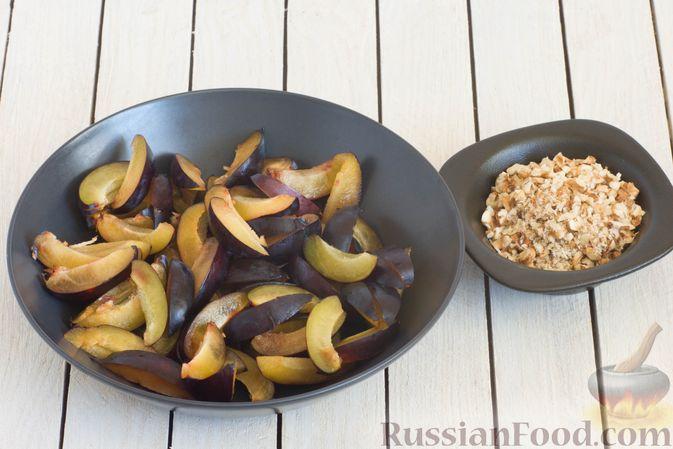 Фото приготовления рецепта: Пшенично-ржаные галеты со сливами и грецкими орехами - шаг №7