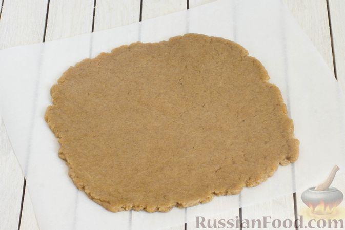 Фото приготовления рецепта: Пшенично-ржаные галеты со сливами и грецкими орехами - шаг №8