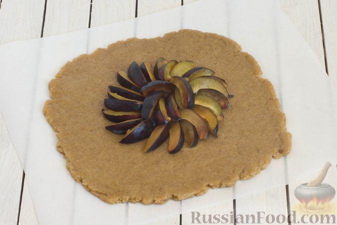 Фото приготовления рецепта: Пшенично-ржаные галеты со сливами и грецкими орехами - шаг №9