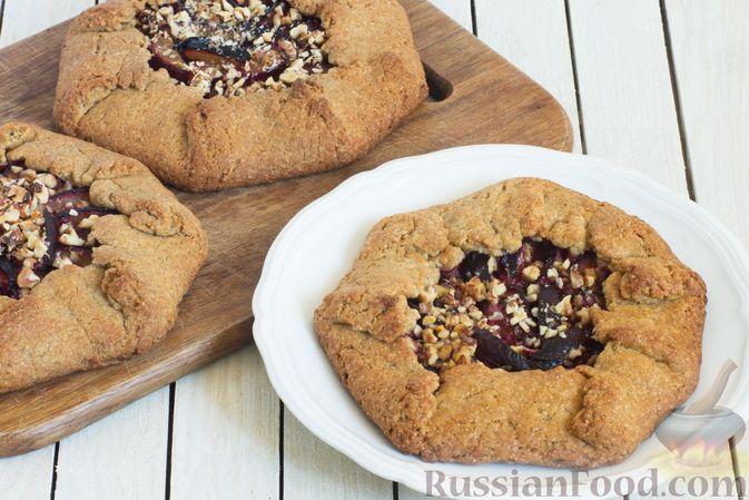Фото приготовления рецепта: Пшенично-ржаные галеты со сливами и грецкими орехами - шаг №10
