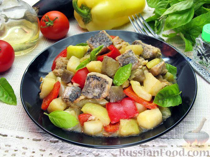 Фото к рецепту: Рыба, тушенная с картошкой, баклажанами и кабачками