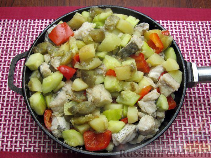 Фото приготовления рецепта: Рыба, тушенная с картошкой, баклажанами и кабачками - шаг №14