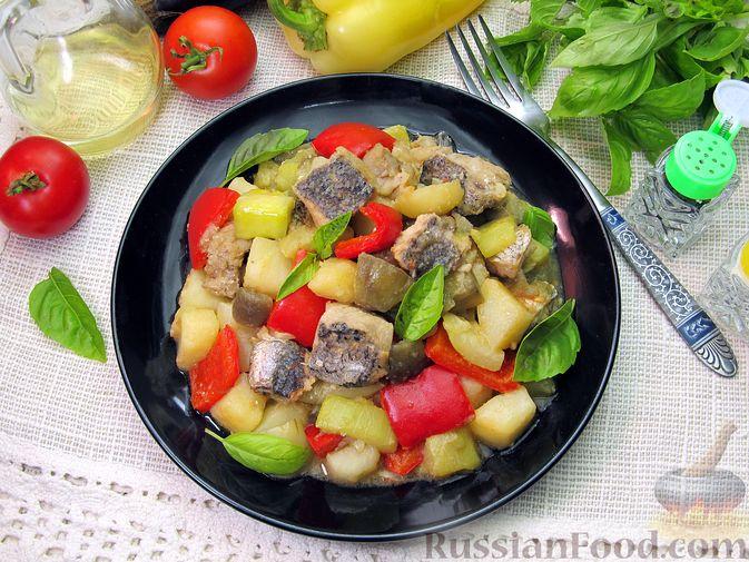 Фото приготовления рецепта: Рыба, тушенная с картошкой, баклажанами и кабачками - шаг №17