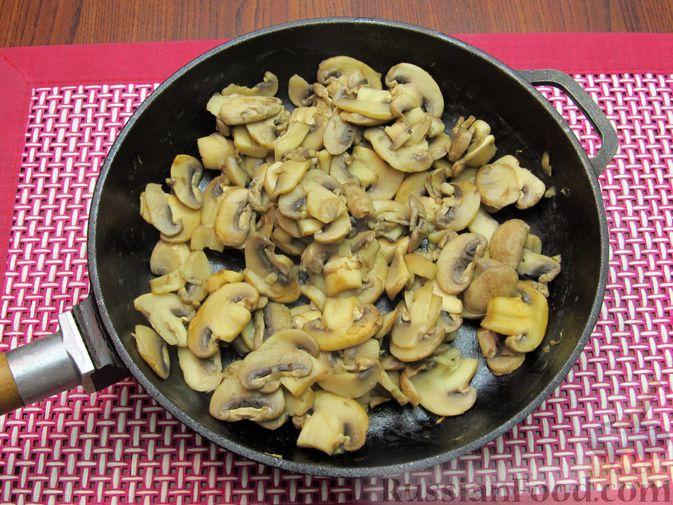 Фото приготовления рецепта: Сырный суп с шампиньонами - шаг №4