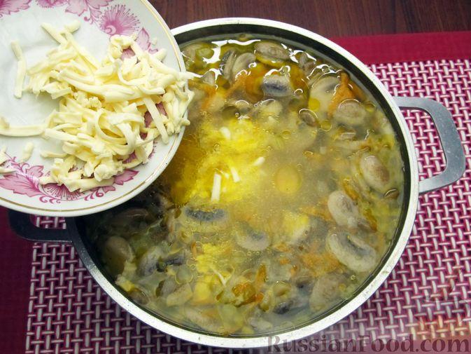 Фото приготовления рецепта: Сырный суп с шампиньонами - шаг №12