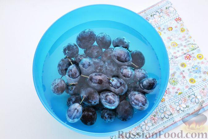 Фото приготовления рецепта: Компот из винограда и слив на зиму - шаг №5