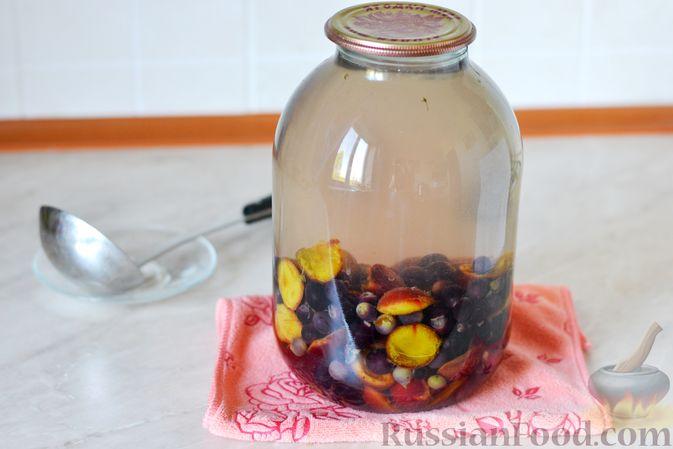 Фото приготовления рецепта: Компот из винограда и слив на зиму - шаг №11