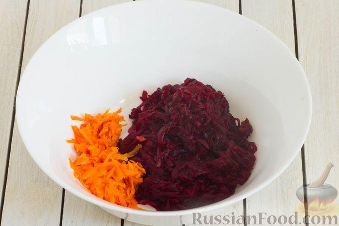 Фото приготовления рецепта: Салат из свёклы, моркови, риса и консервированного зелёного горошка - шаг №4