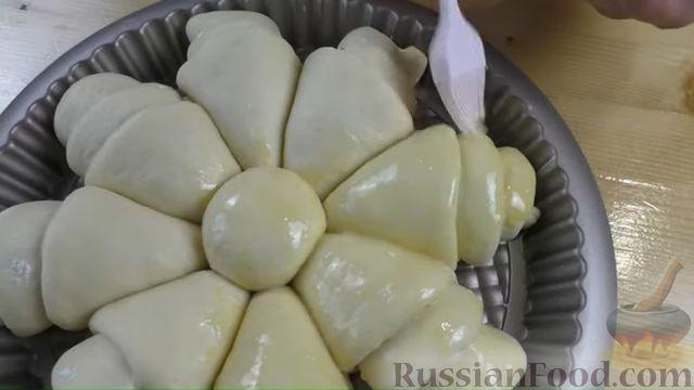 Фото приготовления рецепта: Пирог-цветок из дрожжевого теста с творожной начинкой - шаг №8