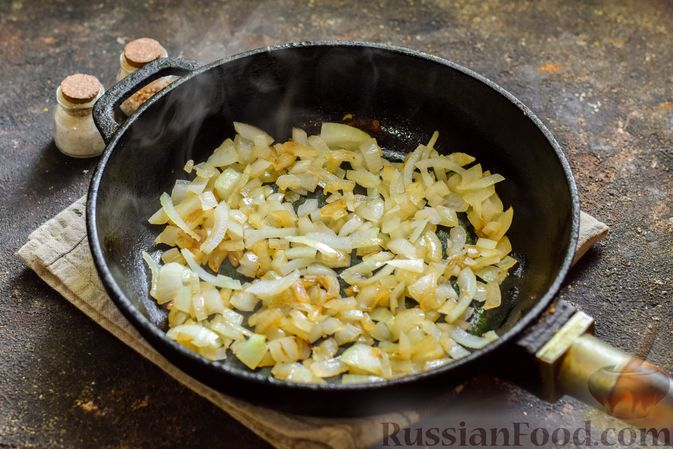 Фото приготовления рецепта: Мясной фарш, тушенный с яблоками и помидорами - шаг №3
