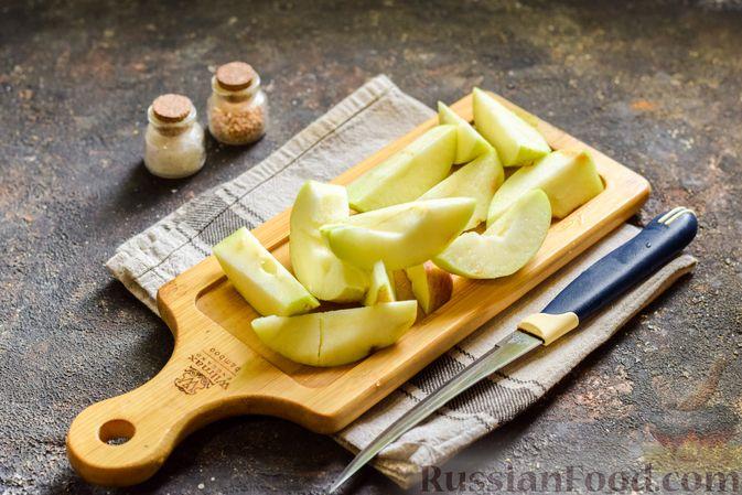Фото приготовления рецепта: Мясной фарш, тушенный с яблоками и помидорами - шаг №5