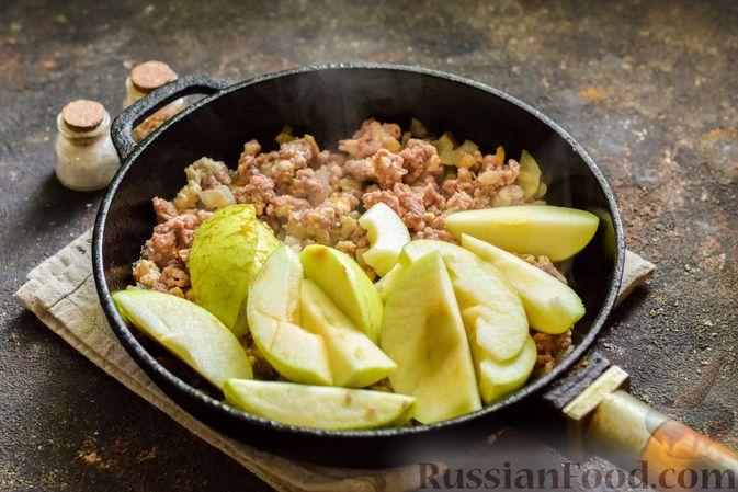 Фото приготовления рецепта: Мясной фарш, тушенный с яблоками и помидорами - шаг №7