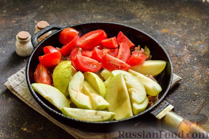 Фото приготовления рецепта: Мясной фарш, тушенный с яблоками и помидорами - шаг №8