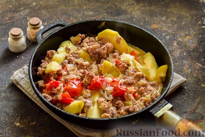 Фото приготовления рецепта: Мясной фарш, тушенный с яблоками и помидорами - шаг №10