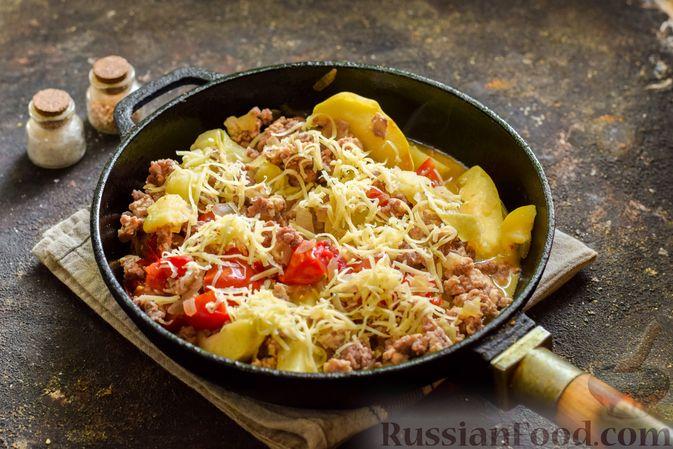 Фото приготовления рецепта: Мясной фарш, тушенный с яблоками и помидорами - шаг №11