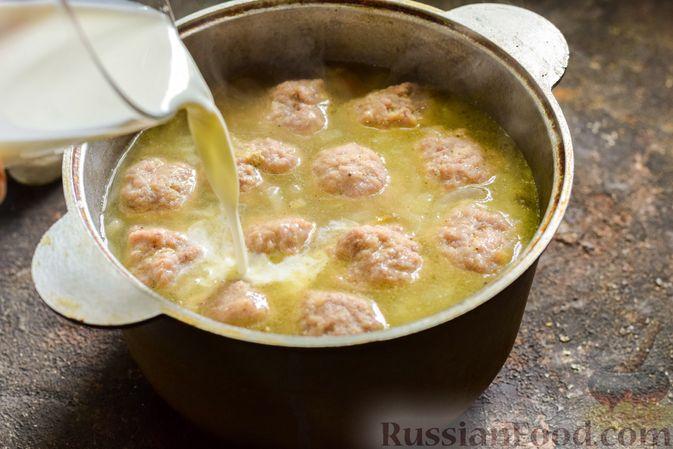 Фото приготовления рецепта: Сливочный суп  с мясными фрикадельками - шаг №14