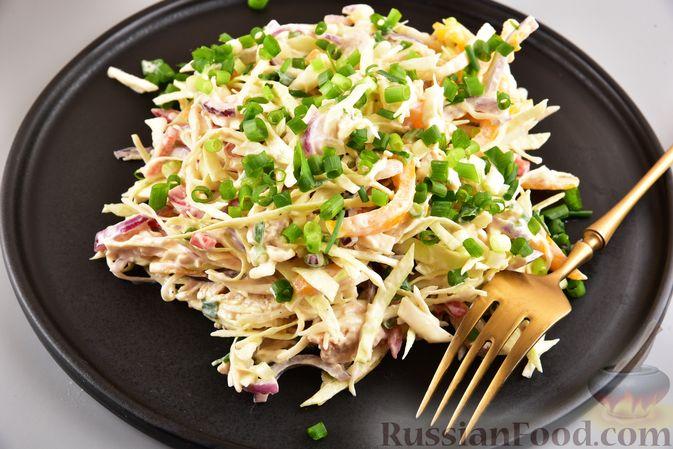 Фото к рецепту: Салат с курицей, болгарским перцем, капустой и сметанно-горчичной заправкой