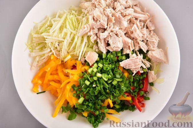 Фото приготовления рецепта: Салат с курицей, болгарским перцем, капустой и сметанно-горчичной заправкой - шаг №8