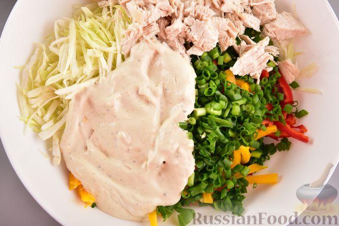 Фото приготовления рецепта: Салат с курицей, болгарским перцем, капустой и сметанно-горчичной заправкой - шаг №10